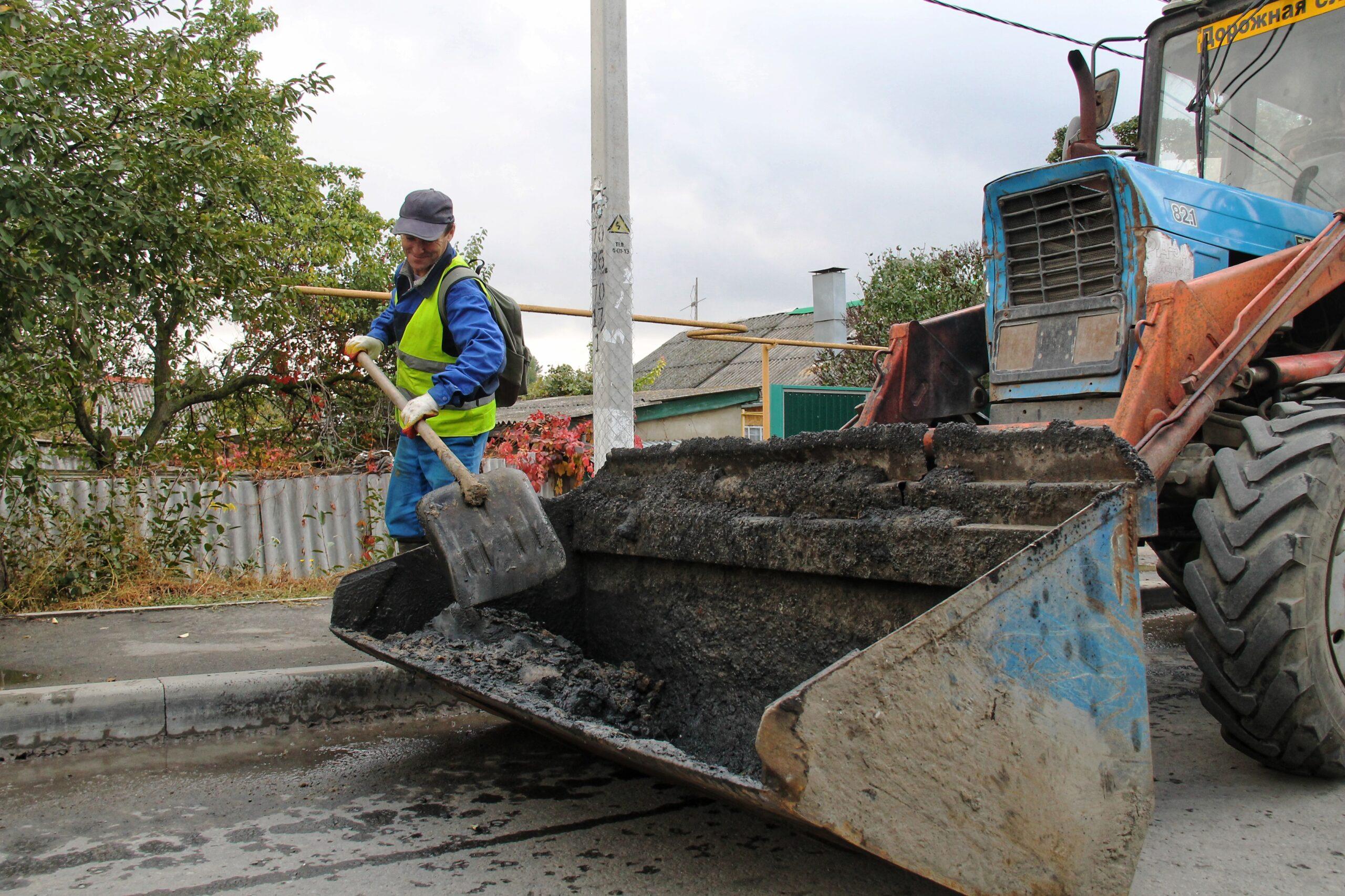 Перед наступлением сезона дождей в Азове проводится чистка городских ливневых канализаций.