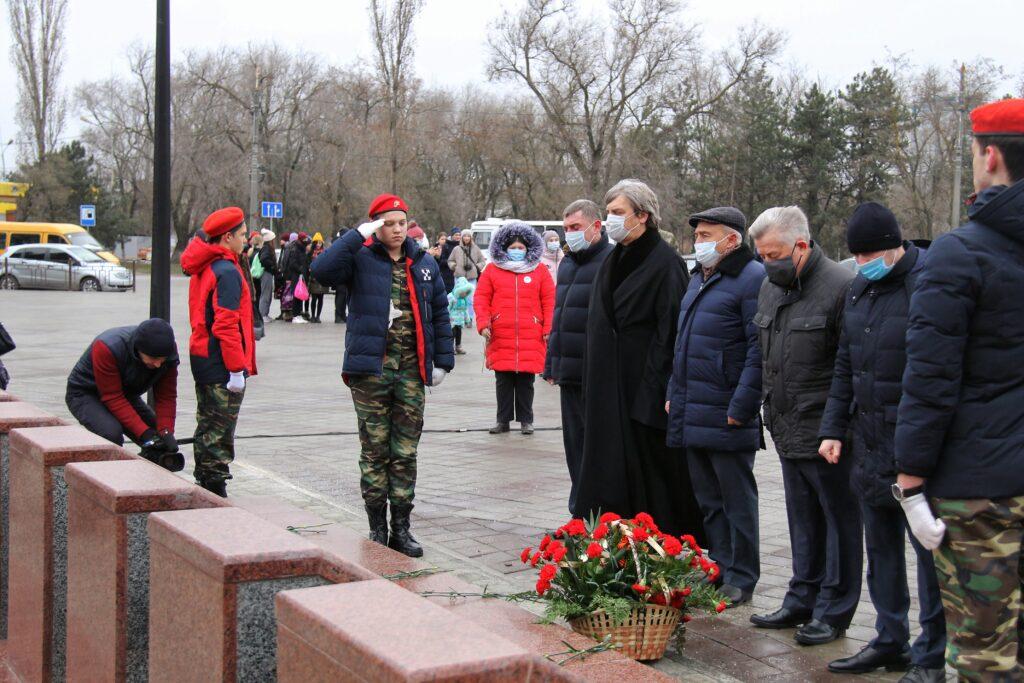 В Азове в День Неизвестного солдата почтили память погибших солдат