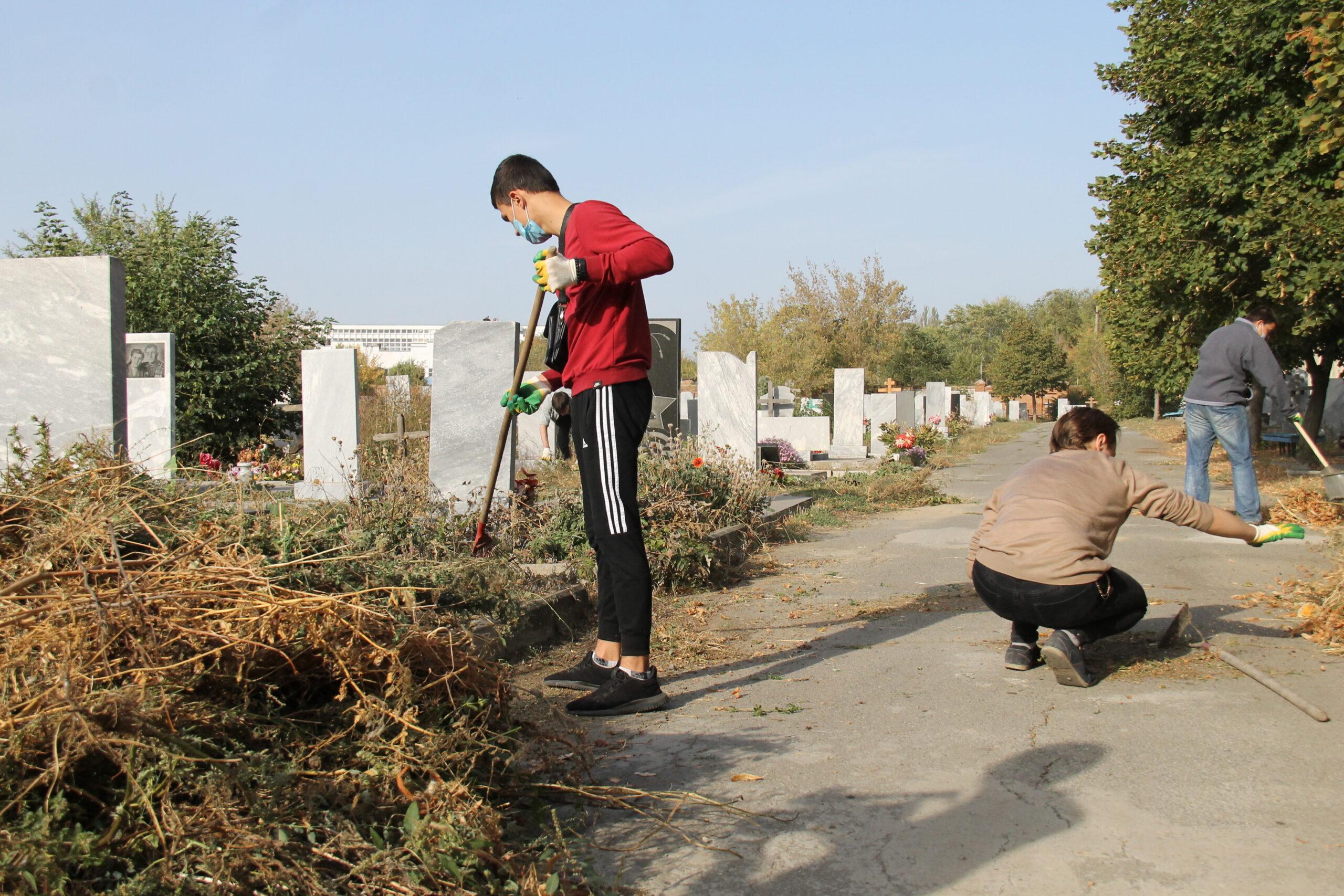Во время месячника чистоты в Азове особое внимание уделят уборке кладбища