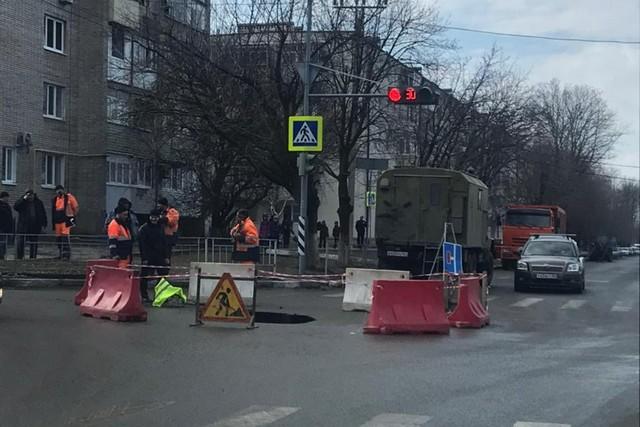 В Азове приостановлено движение транспорта по переулку Черноморскому