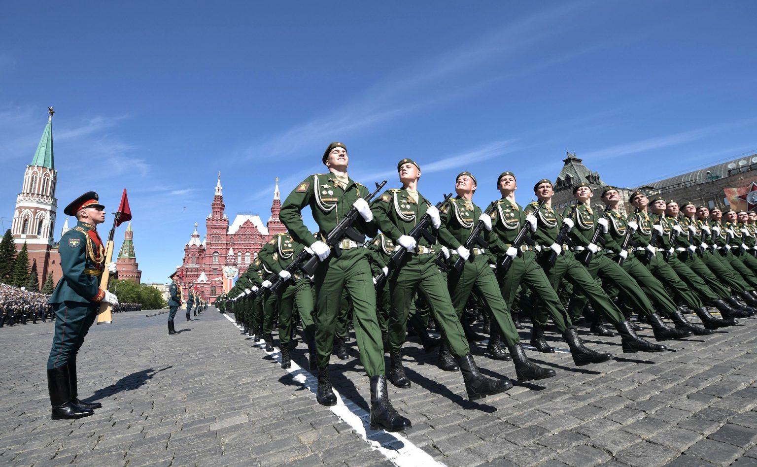 Песков сообщил, что парад Победы на Красной площади пройдет в обычном формате