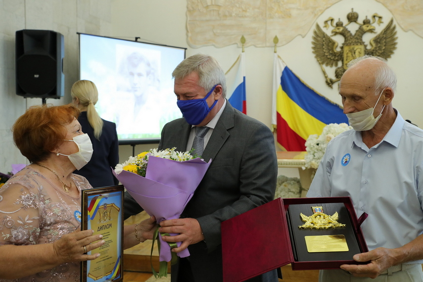 Василий Голубев поздравил супругов-юбиляров