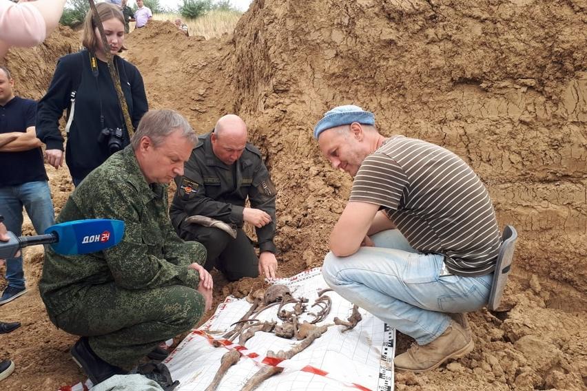 Донские поисковики извлекают останки мирных жителей, расстрелянных гитлеровцами в Сальске