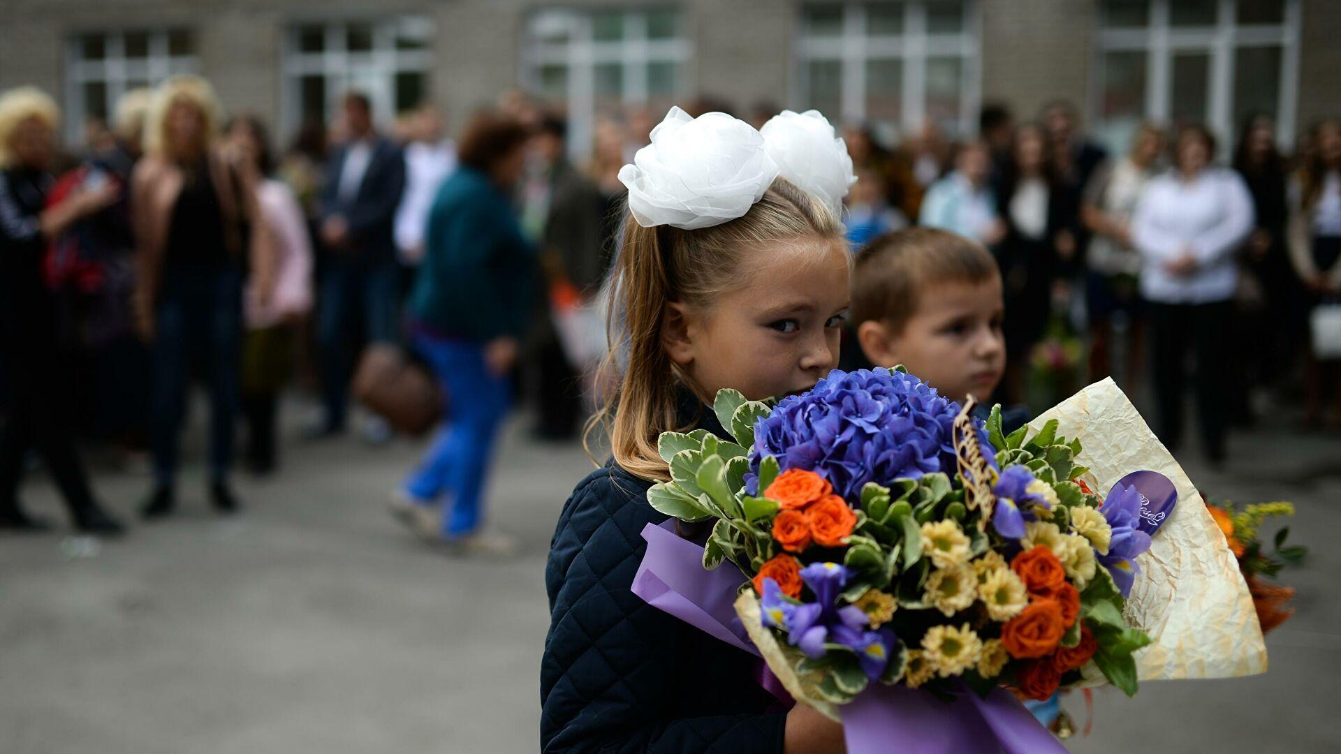 В России начали перечислять единовременные выплаты на детей школьного возраста