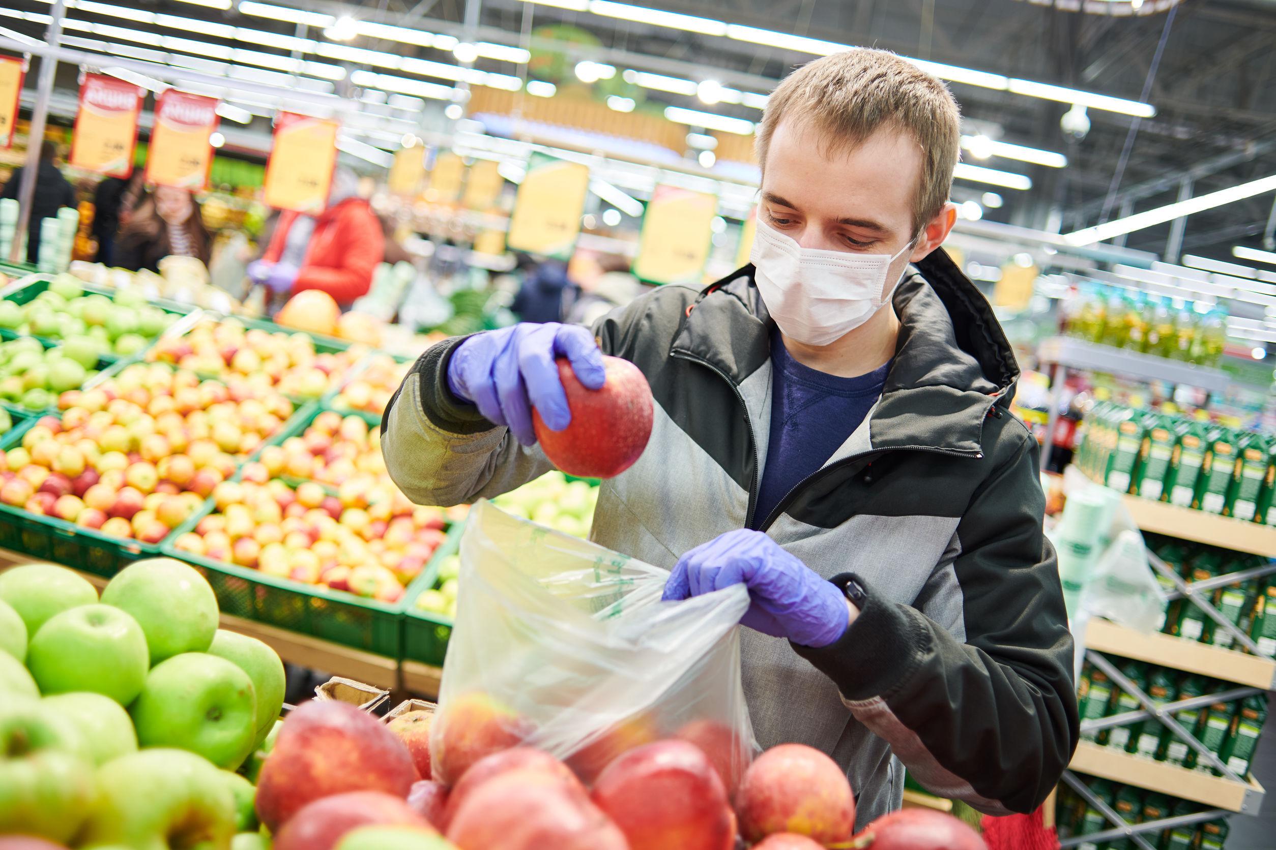 Врач назвал запрещенные перед вакцинацией от COVID-19 продукты