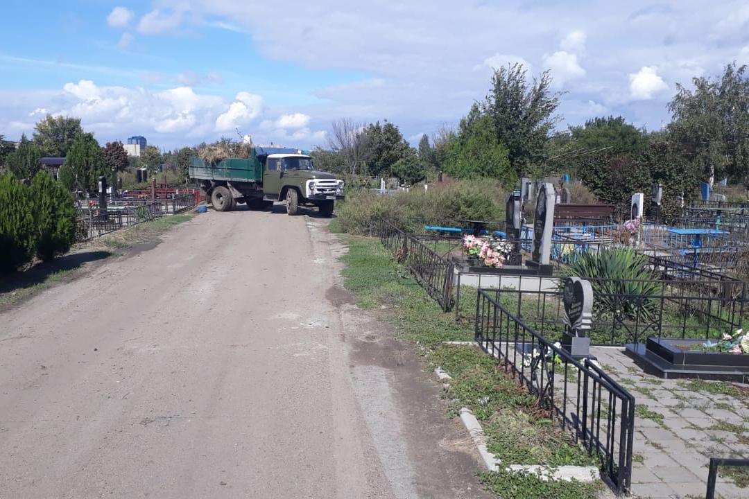 С азовского кладбища вывозится по несколько машин мусора
