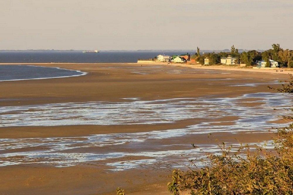 Из-за сильного ветра в Азове понизился уровень воды