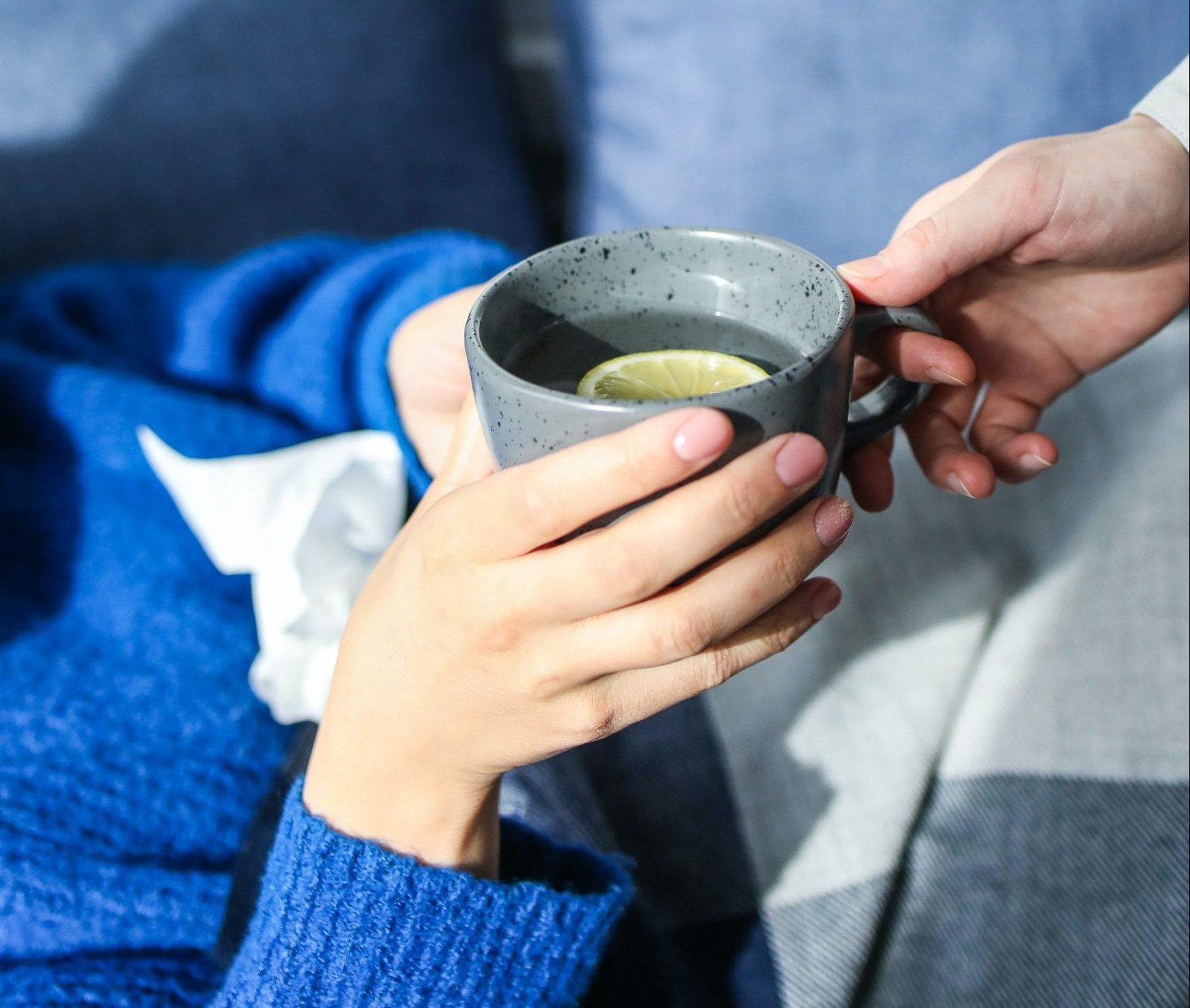 Диетолог предупредила о вреде горячего чая при простуде